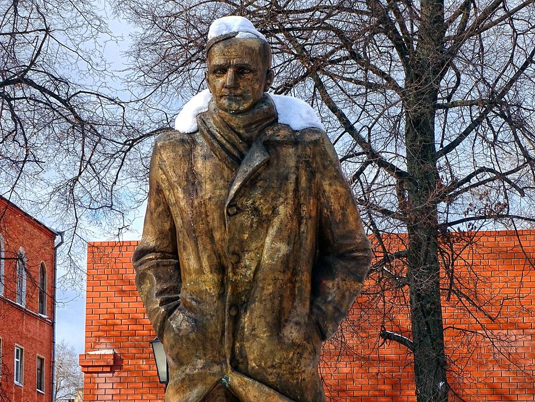Зимой монумент «утепляется» в снежную шапку и сугробный воротник