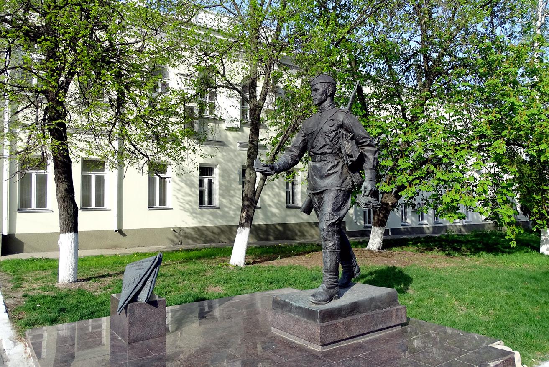 памятник-почтальону-в-воронеже